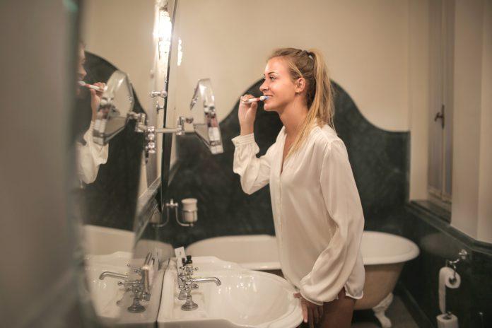 vrouw tanden poetsen