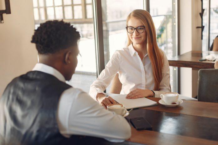 sollicitatiegesprek man en vrouw