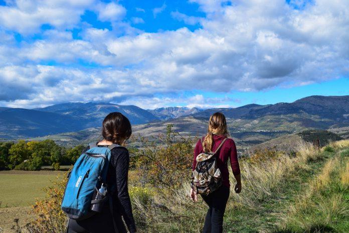2 vrouwen aan het wandelen in de bergen